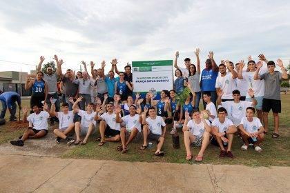 Atletas dos Jogos Escolares da Juventude realizam plantio de árvores no Jardim Europa