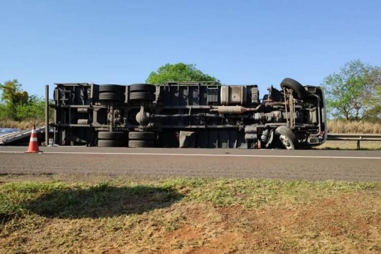 Caminhão tomba na Marechal Rondon próximo ao Município de Castilho (SP),  carregado com produtos de controle do Exercito