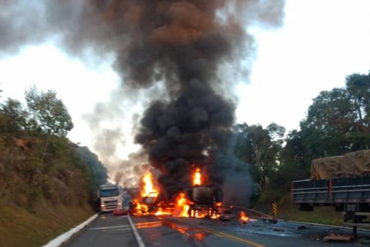 acidente entre cinco carretas provoca morte e incêndio em rodovia
