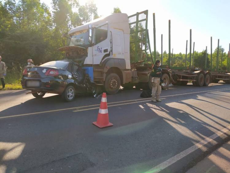 Colisão de carro com carreta mata três pessoas na BR-262 em MS