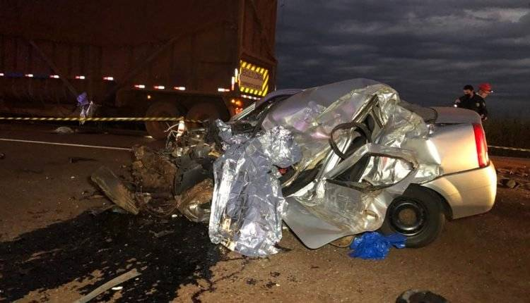 Acidente entre veículo e caminhão com cana mata dois campo-grandenses na BR-163