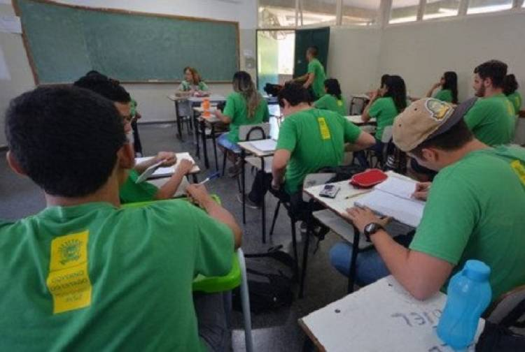 Estudo da OCDE revela que a média salarial dos professores no Brasil está entre as piores