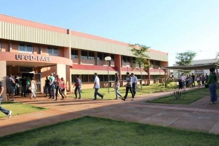 UFGD tem inscrições abertas em seleção para professor com salários de até R$ 5,8 mil