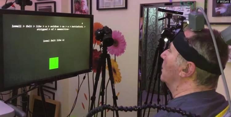 Paciente paralisado escrevendo com sinais cerebrais