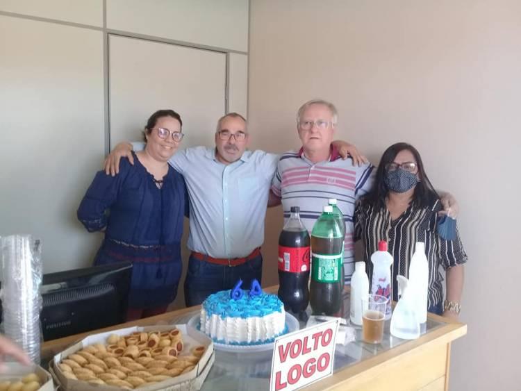 Jornalista Juvas Moreira recebe surpresa dos amigos no dia do seu aniversário